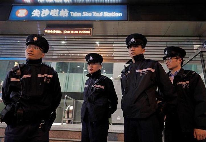Las estaciones del Metro de Hong Kong fueron cerradas debido al ataque incendiario. (AP/Vincent Yu)