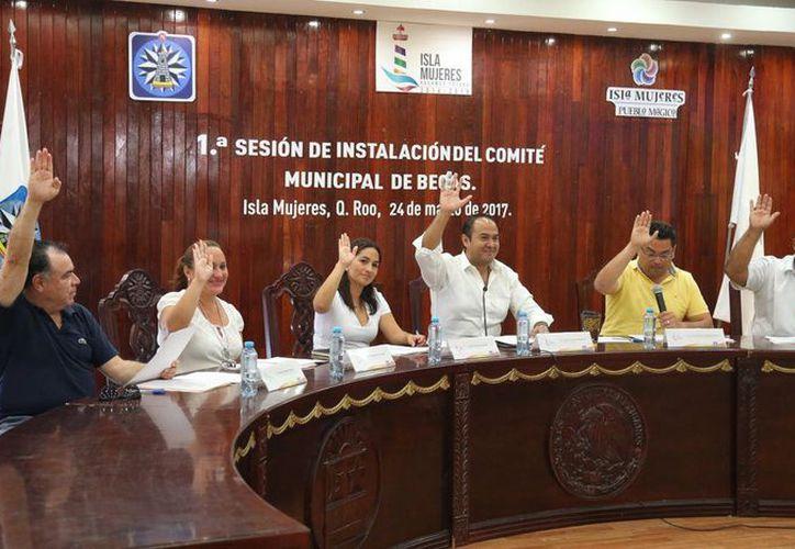 Instalan el Comité de Becas Municipal en el Ayuntamiento de la Isla. (Cortesía)