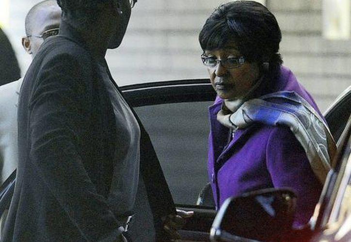 Winnie Mandela (d) no estaba entre los beneficiarios del testamento de Nelson Mandela, quien fue su esposo. (Archivo/EFE)