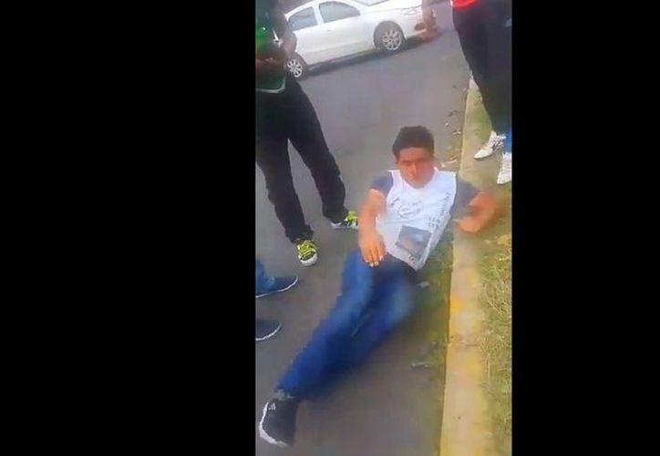 En la grabación difundida por medios y redes sociales, se observa que fue aprehendido por un oficial. (Vanguardia MX)