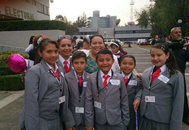 Niños y niñas de Yucatán que participan en el Noveno Parlamento Infantil en imagen correspondiente a la visita que hicieron al IFE en la Ciudad de México. (Cortesía)