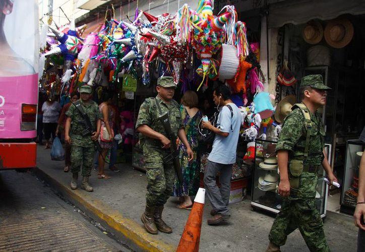 Militares acudieron a revisar los negocios en la Calle Ancha del Bazar en busca de pólvora. (Milenio Novedades)