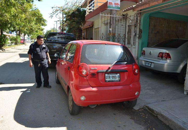 Denuncian falta de civilidad al estacionar los autos. (Harold Alcocer/SIPSE)