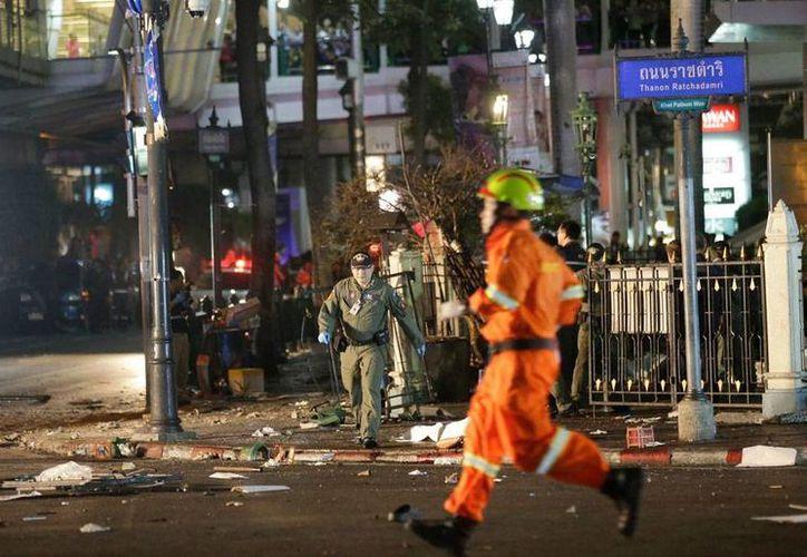 Una explosión en una zona comercial de Bangkok, cerca de un templo, dejó saldo de más de 10 muertos. (The Associated Press)