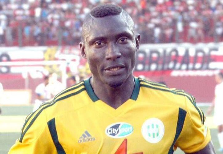 El atacante camerunés Albert Ebosse, del JS Kabylie, murió tras recibir un fuerte golpe en un partido de futbol en Argelia. (telecinco.es/Foto de archivo)