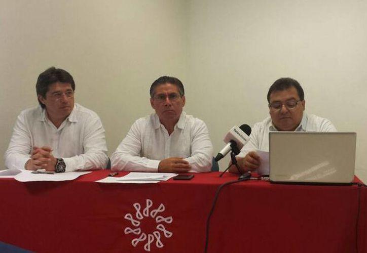 Imagen de la conferencia por parte del Colegio de Contadores Públicos de Yucatán donde anunciaron propuestas que serán enviadas a los legisladores federales del nuevo Congreso. (Candelario Robles/SIPSE)