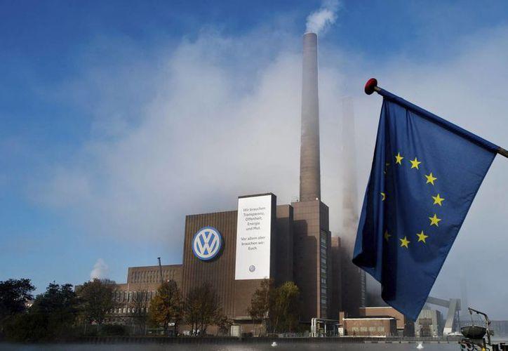 Más de 430 mil unidades de Volkswagen tienen problemas con las emisiones de CO2. En la imagen,  la fábrica de VW en Wolfsburgo, Alemania. (EFE)