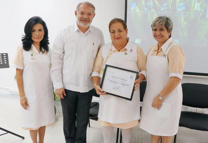 La señora Dora Elia Faz Martínez al recibir un reconocimiento por sus 40 años como voluntaria en el Instituto Mexicano del Seguro Social. (Cortesía/ IMSS)