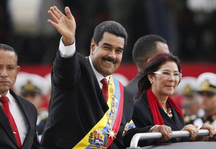 Tras la ceremonia de juramentación Nicolas Maduro recorrió las calles de Venezuela junto a su compañera Cilia Flores. (Agencias)