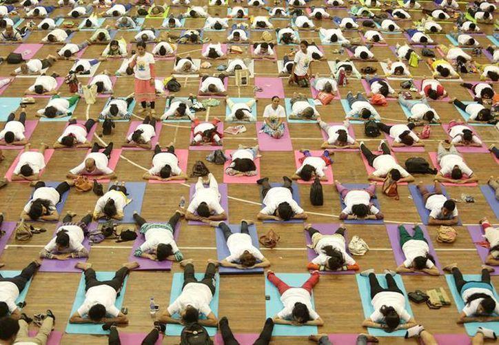 Alrededor de 30 mil personas se reunieron en la ciudad de Chadigarh, India, para celebrar el Día Internacional del Yoga. (EFE)