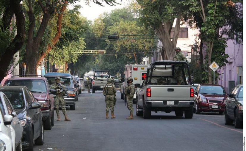 Elementos de la Marina y policías capitalinos aplicaron un operativo al interior de un inmueble en la Colonia Guerrero. (Agencia Reforma)