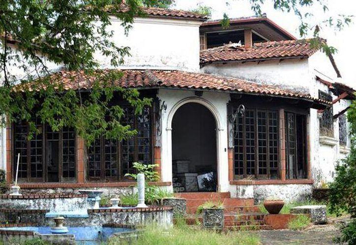 Funcionarios y policías realizan trabajos de demolición en la abandonada mansión del encarcelado exdictador Manuel Antonio Noriega en Panamá. (Foto tomada de midiario.com)