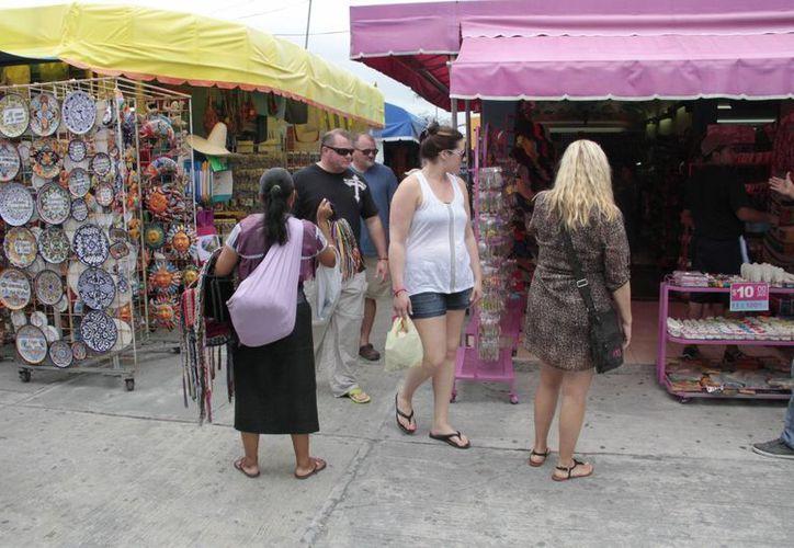 La mayoría se desempeña como boleros, cerillos en centros comerciales y vendedores. (Israel Leal/SIPSE)