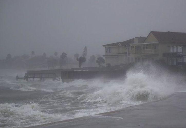 """El Centro Nacional de Huracanes informó que la tormenta se encontraba """"casi en tierra"""" con vientos máximos sostenidos de 209 Km/h. (AFP)"""
