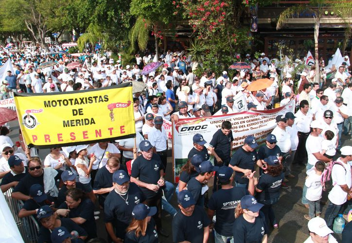 Los trabajadores, integrantes de alguno de 500 sindicatos, marcharon por Paseo de Montejo, en Mérida, para conmemorar el Día del Trabajo. (Jorge Acosta/SIPSE)