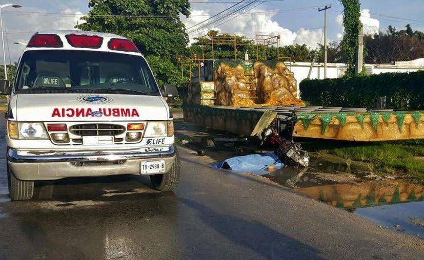 Los cuerpos de emergencia acudieron al lugar del accidente. (Gustavo Villegas/SIPSE)
