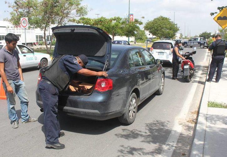 En esta temporada vacacional, los operativos policíacos se incrementan para cuidar la integridad de locales y visitantes de la Riviera Maya. (Adrián Barreto/SIPSE)