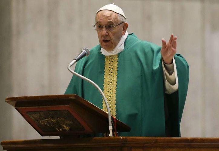 Francisco, dijo, tiene un enfoque hacia los pobres y oprimidos, mientras que Juan Pablo II se destacó por la importancia que dio a la familia y su resistencia al comunismo. (AP)