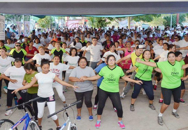 Imagen de lo participantes durante las clases de activación física en el Salvador Alvarado. (Milenio Novedades)