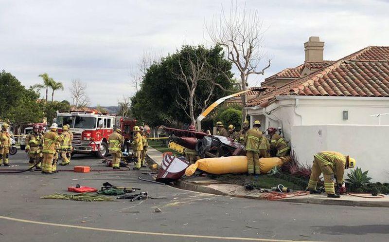 Tres personas murieron al caerse un helicóptero en una casa