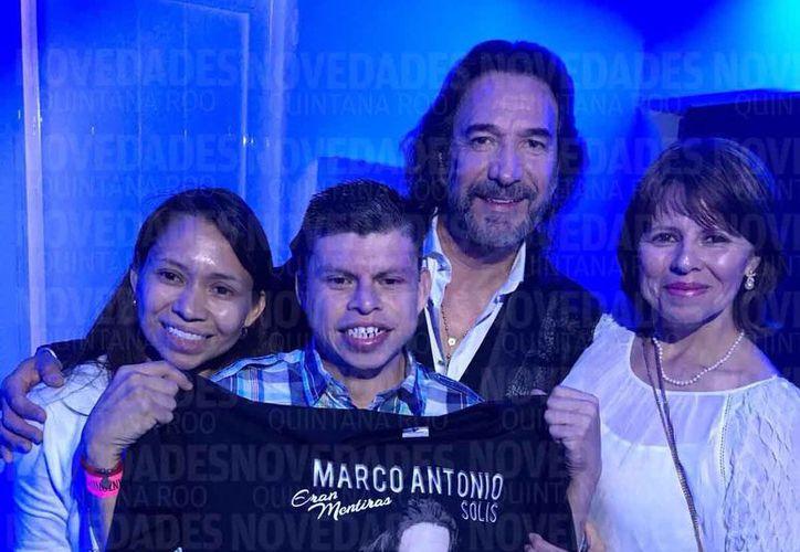 Julián, 'El Buki de Cancún', pudo ver, tocar y tomarse la foto con su ídolo, Marco Antonio Solís. (Rubi Velazquez/SIPSE)