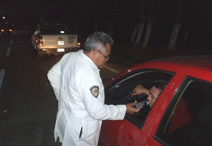 Arrestarán de 12 a 36 horas a la persona que se le detenga por conducir bajo los influjos del alcohol. (Foto: David de la Fuente)
