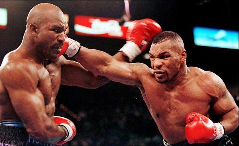 Tyson (d) asegura que la adrenalina y la furia fueron su perdición en la pelea contra Holyfield en 1987. (thesun.co.uk)