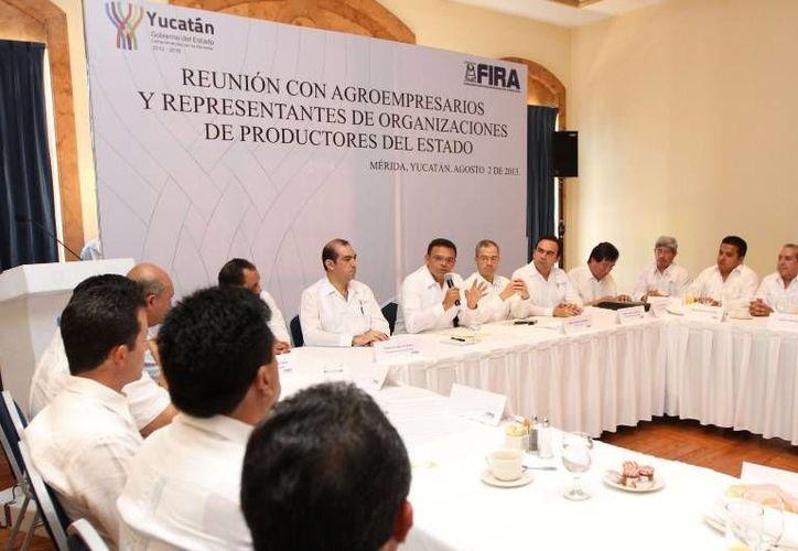 En reunión presidida por el gobernador Rolando Zapata, se anunció que FIRA y el Gobierno del Estado canalizarán dos mil mdp para financiar proyectos agroalimentarios y pecuarios de Yucatán. (Cortesía)