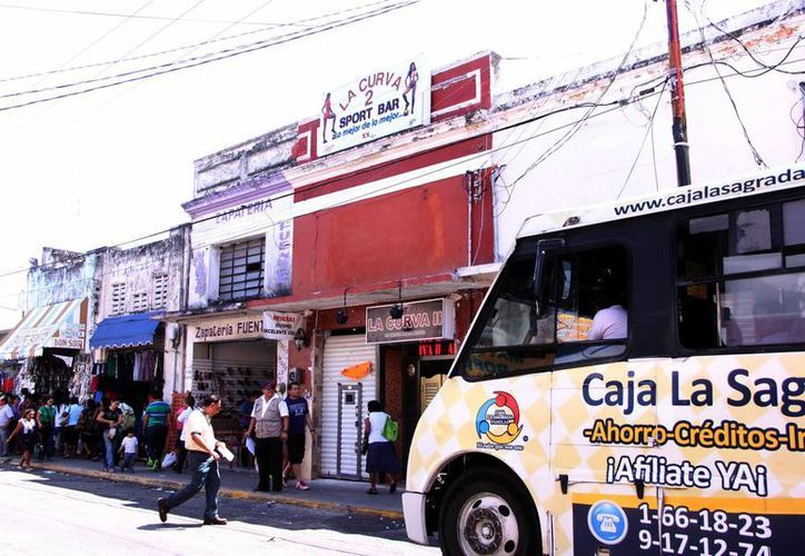 En la calle 67 entre 60 y 62 del centro se ubican cinco cantinas y bares; en esa zona toda la calle funciona como paradero. (Milenio Novedades)