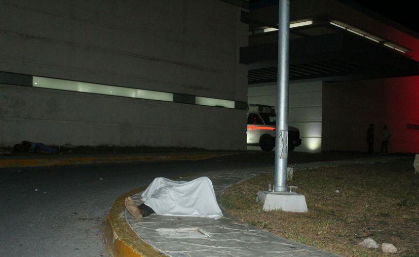 Al abandonar el recinto, la víctima de los golpes sólo dio unos pasos antes de perder la vida, en la entrada de la sala de urgencias. (Redacción/SIPSE)