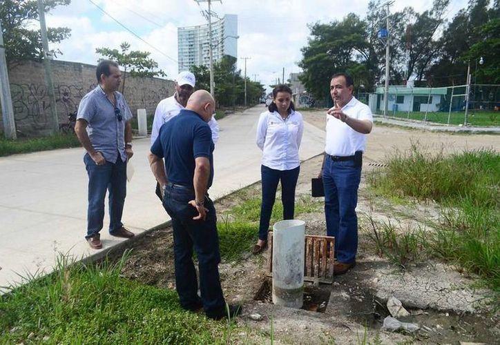Funcionarios estatales realizaron una visita de inspección a las obras de drenaje.  (Redacción/SIPSE)
