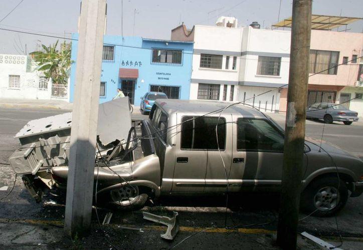 El Gobierno de Guerrero informó que más de 1,700 casas y edificios quedaron dañados tras el sismo del viernes 18 de abril. En la foto, una camioneta a la que le cayó un transformador, en la colonia Sector Popular, de la delegación Iztapalapa, en el DF. (Archivo/NTX)