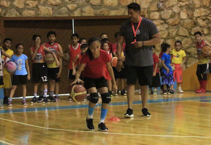 La intención fue ofrecer  mayores herramientas a los basquetbolistas chetumaleños de las categorías menores. (Miguel Maldonado/SIPSE)