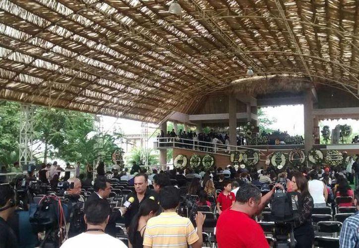 Este martes por la tarde, familiares y amigos de Joan Sebastian le dieron el último adiós en su rancho, ubicado en Teacalco, Guerrero. (Notimex)