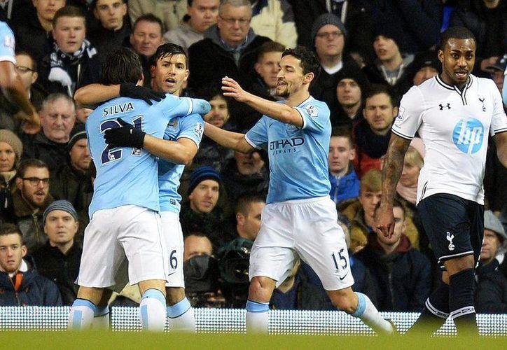 Agüero (i), de frente, es uno de los máximos goleadores de la Liga Premier, pese a sus recurrentes lesiones. (EFE)