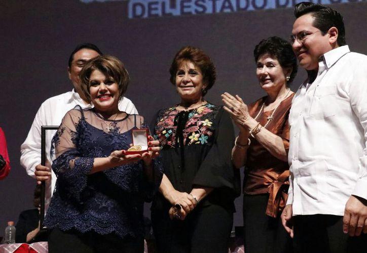 """""""Compartamos nuestro gran tesoro que es el amor"""" compartió Alis García Gamboa con los asistentes a la premiación.  (José Acosta/SIPSE)"""