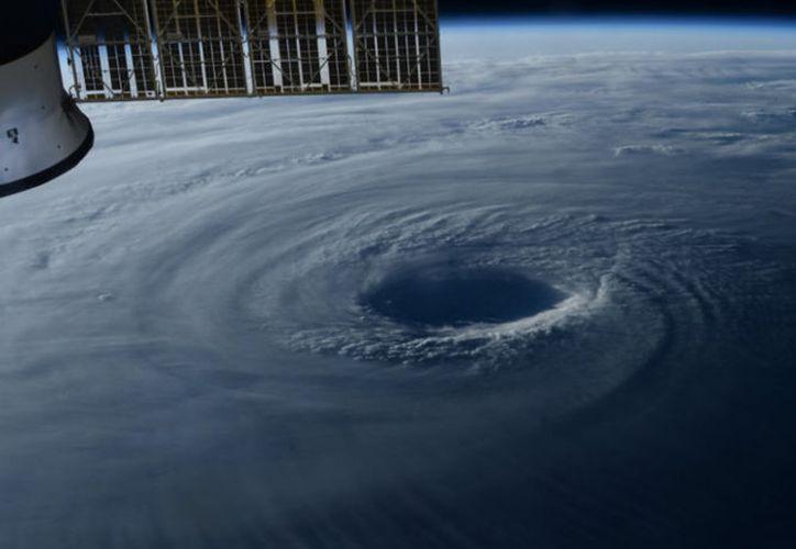 El tifón Lan es captado desde la Estación Espacial Internacional. (Twitter: @astro_paolo)