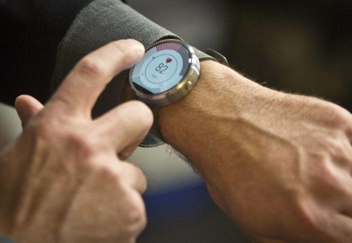 Steve Sinclair, vicepresidente de productos de Motorola, muestra el nuevo reloj inteligente. (Agencias)