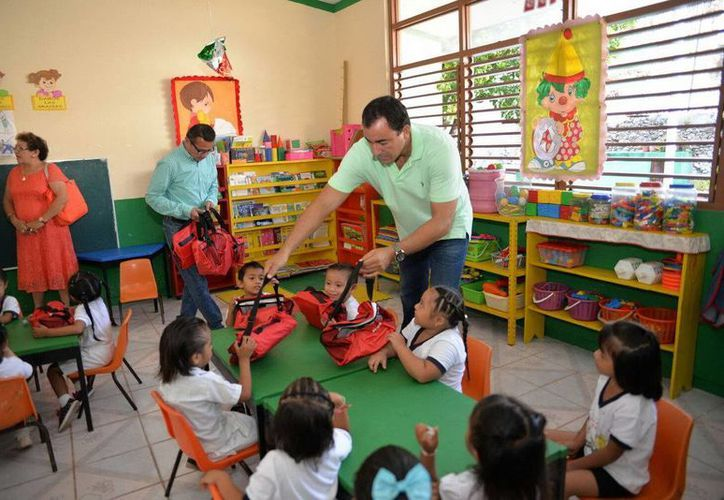 José Alonso Ovando, secretario de Educación y Cultura, realizó un recorrido por distintas escuelas de Felipe Carrillo Puerto. (Redacción/SIPSE)