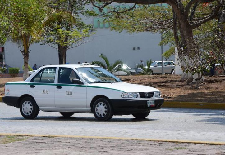 Detectan  al  menos 20 casos de  taxistas que están  en otro régimen. (Victoria González/SIPSE)