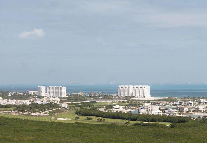 Destacan las inversiones en condominios de lujo en Cancún. (Israel Leal/SIPSE)