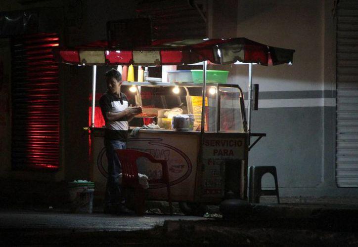 Señalan que los puestos de hotdogs invaden el centro. (Milenio Novedades)