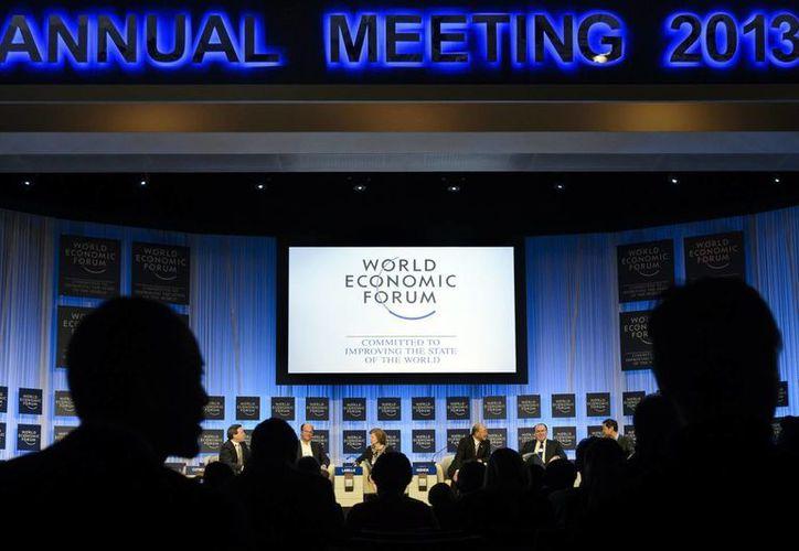 Diversos participantes escuchan a un panel de especialistas en el último día de la reunión anual del Foro Económico Mundial en Davos, Suiza. (Agencias)