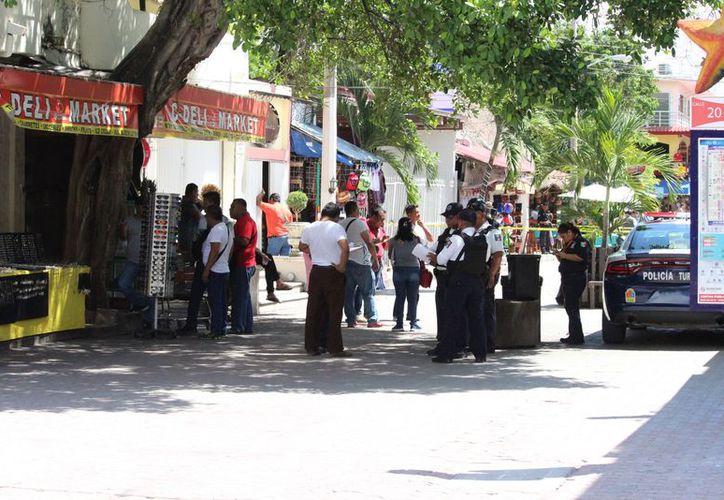 Poco después que ocurrió el hecho arribaron elementos de la Policía Municipal y posteriormente la Policía Ministerial. (Foto: Redacción/SIPSE)