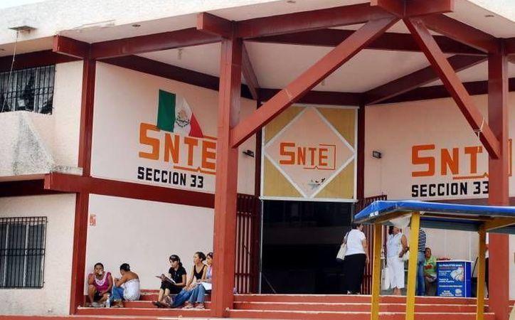 Miembros del SNTE en Yucatán recolectan firmas para evitar la privatización de la educación en el país. (Milenio Novedades)