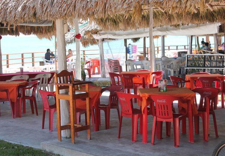 La  temporada baja y la de lluvias son la causa principal del cierre temporal de al menos 25% del total de restaurantes. (Harold Alcocer/SIPSE)