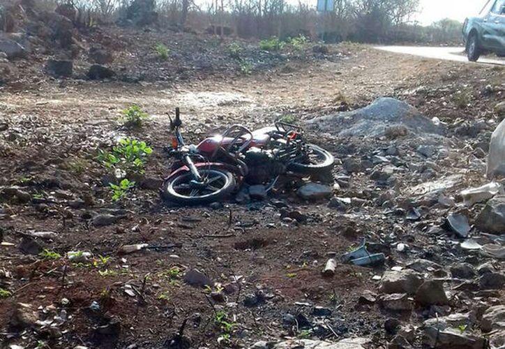 Un auto arrolló a un motociclista, en la carretera a Telchac. El conductor del vehículo ligero falleció, y el del auto, se fugó. (SIPSE)