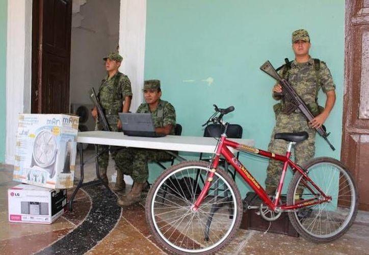 Militares en el módulo de canje de armas por electrodomésticos, en el Palacio Municipal del puerto de Progreso. (Óscar Pérez/SIPSE)
