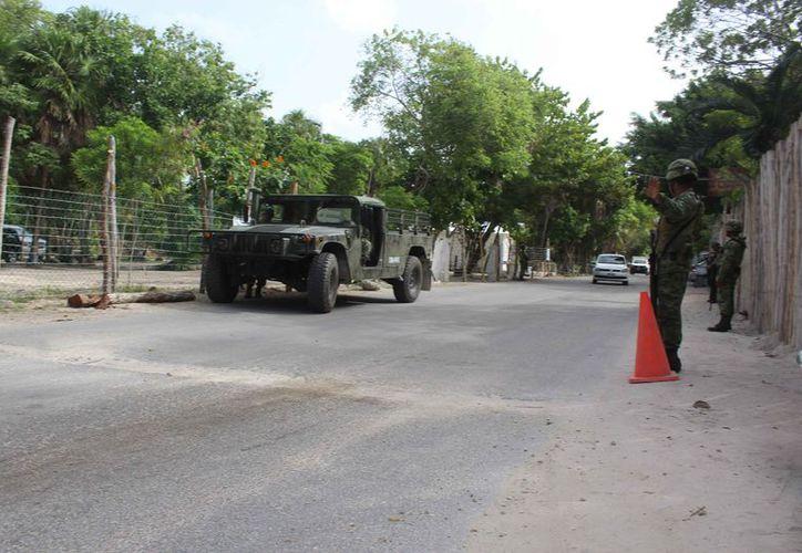 Militares resguardaron la zona turística de Tulum en donde la noche del miércoles se registraron disparos. (Sara Cauich/SIPSE)