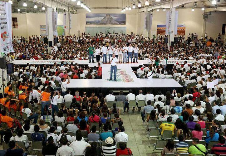 El candidato del PRI a la Alcaldía de Mérida, Nerio Torres Arcila, se reunió con 5,000 jóvenes en el Centro de Convenciones Siglo XXI para ofrecerles su propuestas en las que están incluidos al 100 por ciento. (Cortesía)